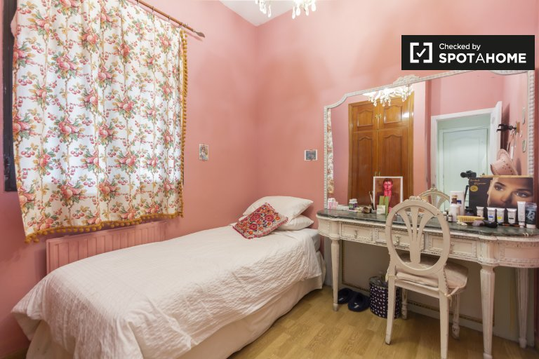 Room for rent in 2-bedroom apartment in Malasaña, Madrid