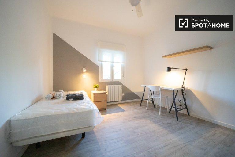 Jasny pokój w apartamencie z 3 sypialniami w mieście Getafe w Madrycie