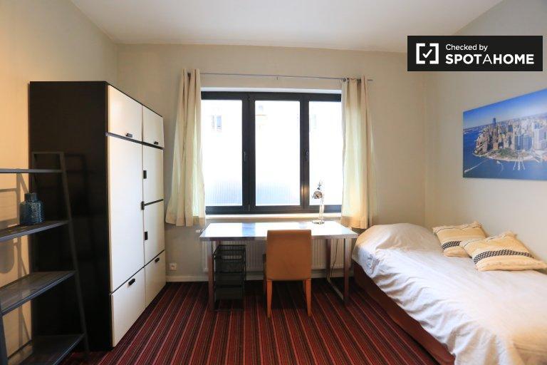 Chambre à louer à la maison de 11 chambres, Woluwe-Saint-Pierre
