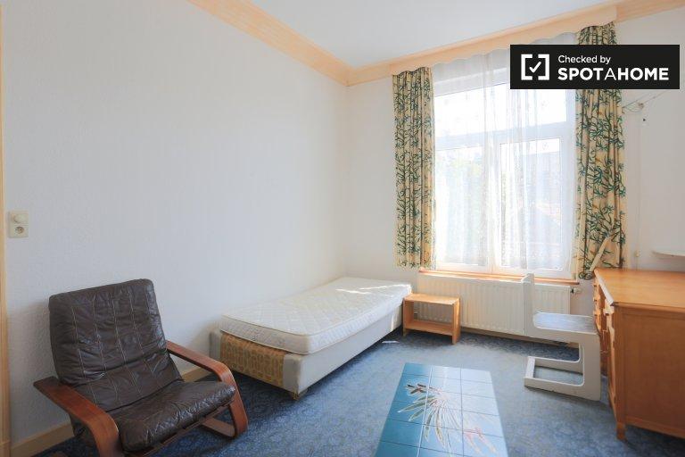 Accogliente camera nella casa comune di 5 camere da letto a Forest, Bruxelles