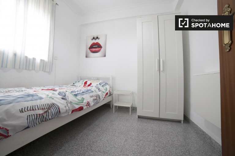 Single Bed in Room for rent in a 2-bedroom apartment with balcony in La Macarena