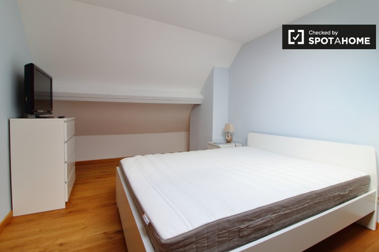 Chambre accueillante à louer dans un appartement à 2 lits à Laeken, Bruxelles