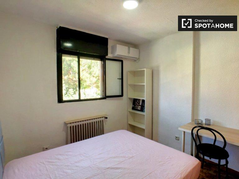 Chambre ensoleillée dans un appartement de 7 chambres à Getafe, Madrid
