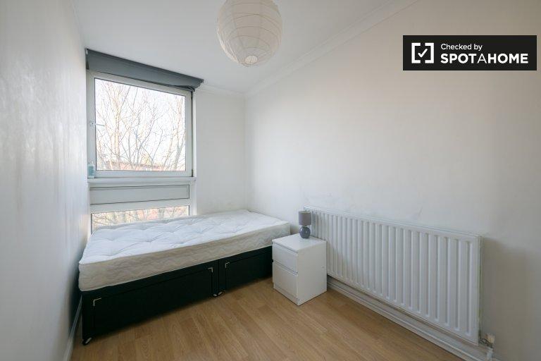 Bright room to rent in 4-bedroom flat, Kensington, London