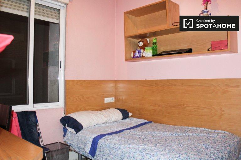 Wyposażony pokój w 3-pokojowe mieszkanie w Arguelles, Madryt