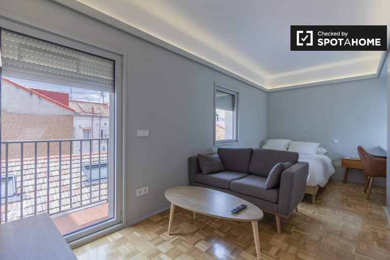 Large room for rent in residence hall in Tetuán, Madrid