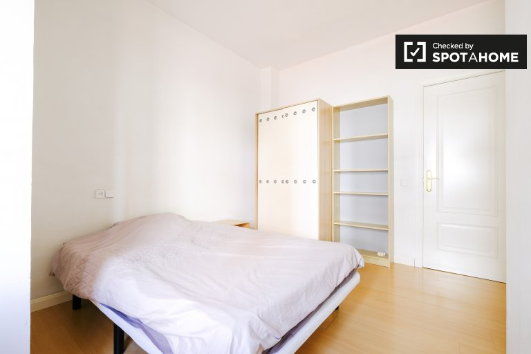 Room for rent in 2-bedroom apartment in Argüelles, Madrid