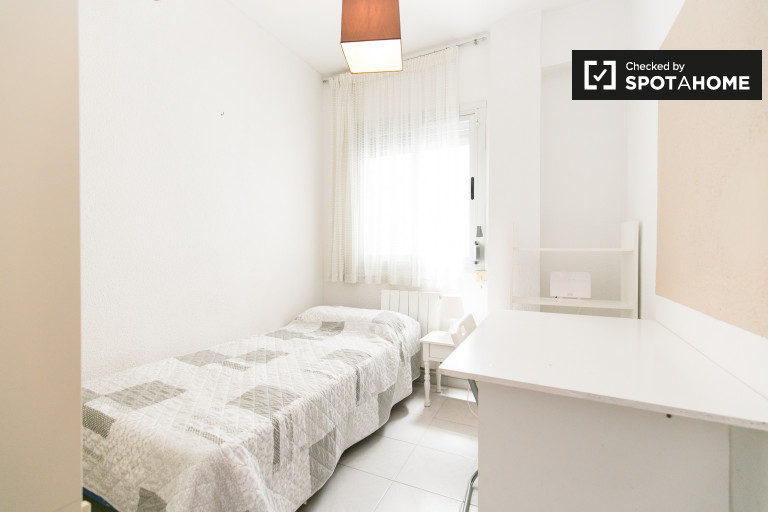 Single Bed in Rooms for rent in 4-bedroom apartment with a balcony, Granada city centre