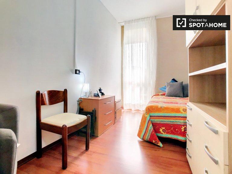 Quarto mobiliado em apartamento de 4 quartos em Forlanini, Milão