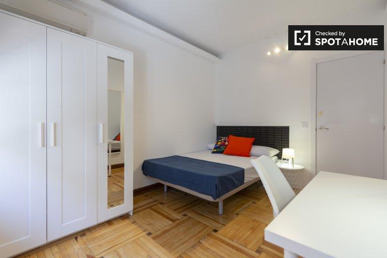 Duży pokój w apartamencie z 6 sypialniami w Retiro w Madrycie