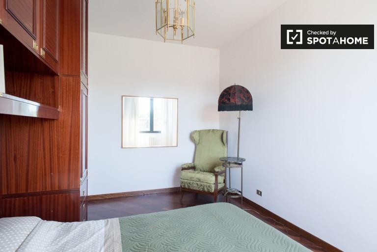 Chambre actuelle à louer dans l'appartement à EUR, Rome