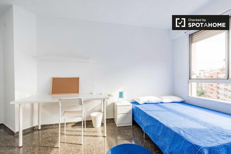 Se alquila habitación en piso de 7 habitaciones en El Pla del Real