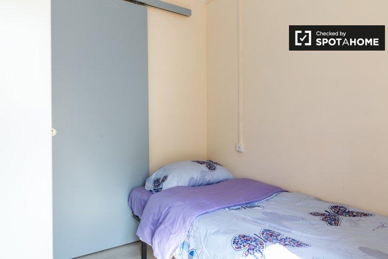 Quarto para alugar em apartamento de 3 quartos em La Salut, Barcelona