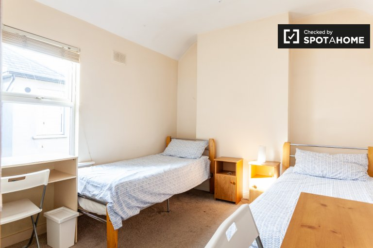 Bed to rent in cute room in 12-bed house, Downtown, Dublin