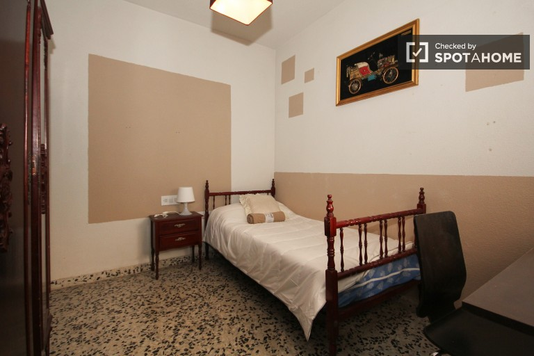Single Bed in Spacious 3 Bedroom Apartment with Balcony in the Center