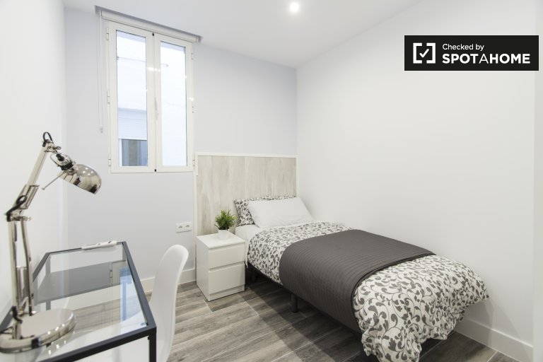 Furnished room in 5-bedroom apartment, Retiro, Madrid