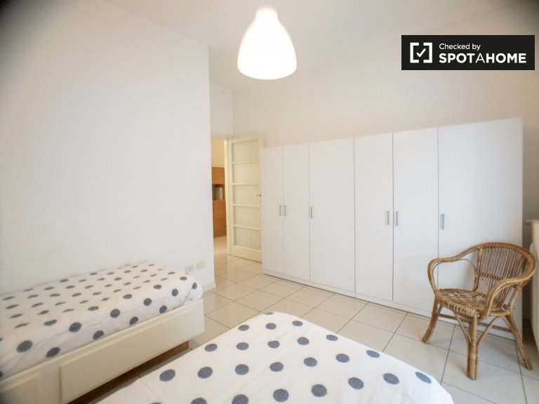 Beds for rent in a shared 2-bedroom apartment in Precotto