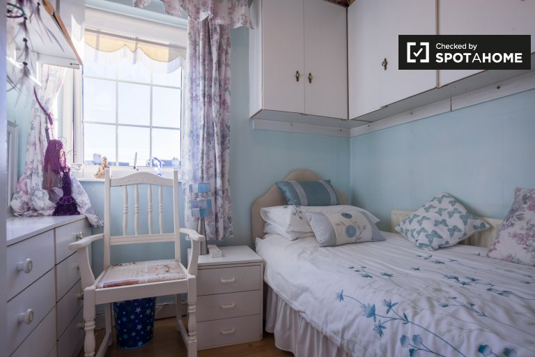 Cute room in 4-bedroom house in North Central Area, Dublin
