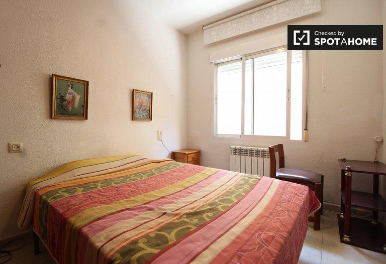 Helles Zimmer in der Wohnung in Delicias und Legazpi, Madrid