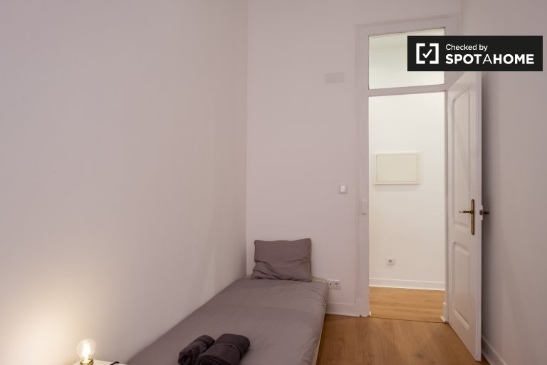Snug room for rent in 4-bedroom apartment in Campolide