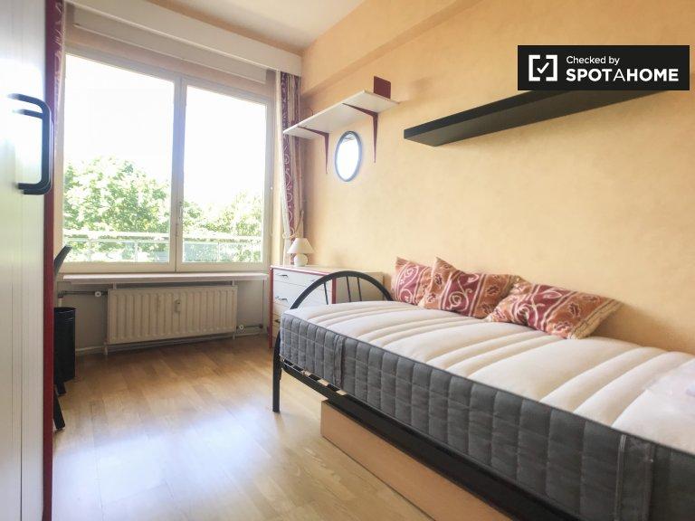 Room for rent in 2-bedroom apartment, Woluwe Saint Lambert