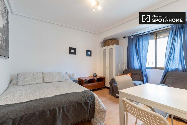 Przytulny pokój w apartamencie z 3 sypialniami w Jesús, w Walencji