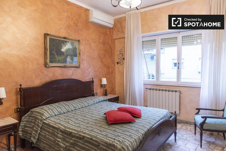 Habitación luminosa en alquiler en apartamento de 3 dormitorios, Tuscolano