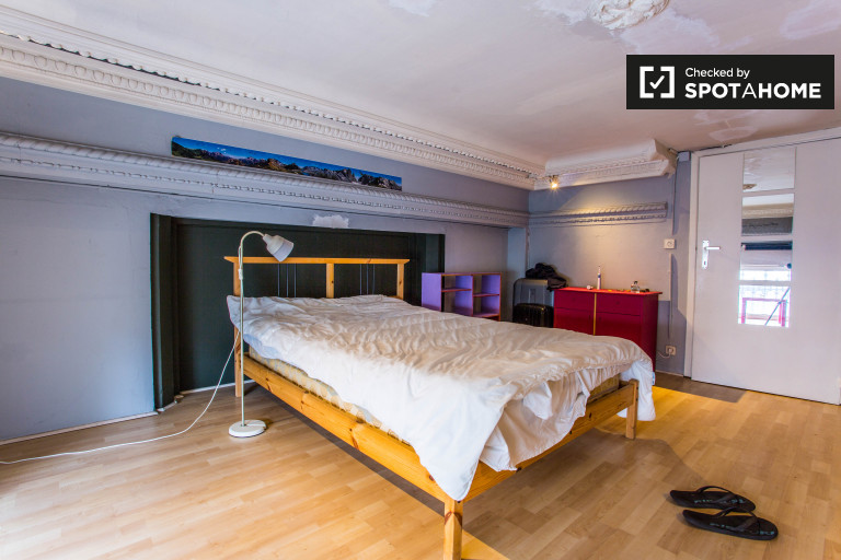 Double Bed in Rooms for rent in a 2-story, 3-bedroom flat near Parc du Viaduc
