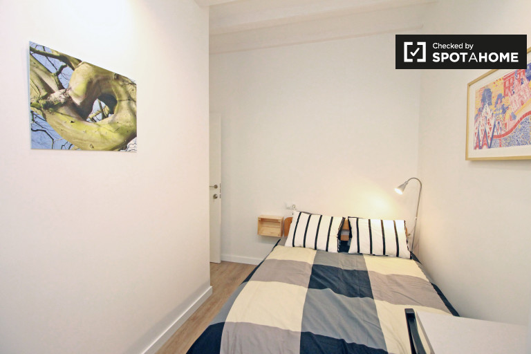 Equipped room in 5-bedroom apartment in El Raval, Barcelona