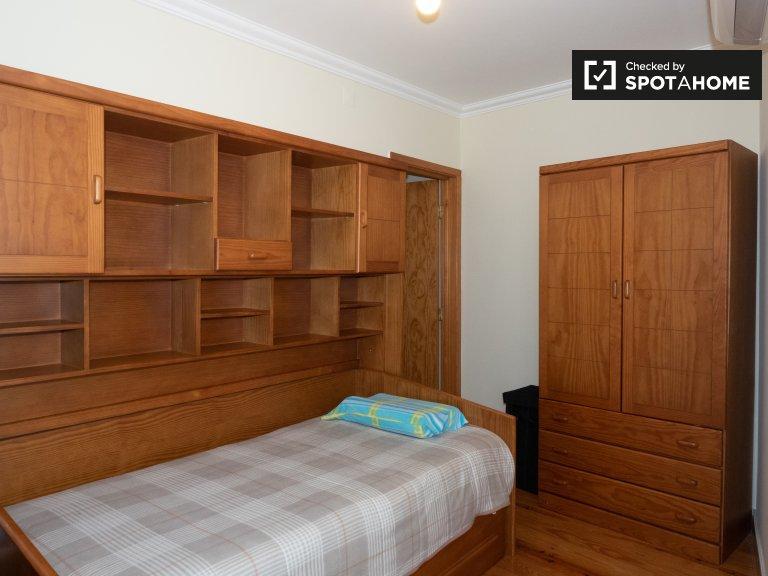 Santa Maria Maior'da 3 yatak odalı daire içinde rahat oda