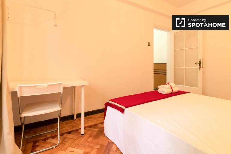 Chambre soignée à louer dans un appartement de 5 chambres à Arroios