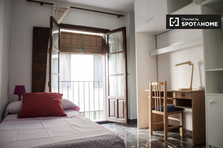 Single Bed in Rooms for rent in spacious 4-bedroom apartment in San Lorenzo