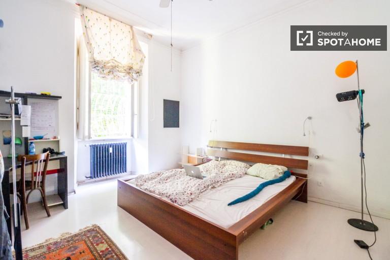 Jasny pokój w apartamencie z 3 sypialniami w Buenos Aires w Mediolanie