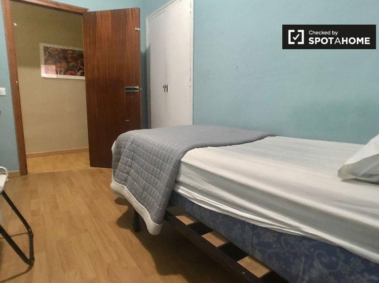Pokój do wynajęcia w 3-pokojowym mieszkaniu na Atocha w Madrycie