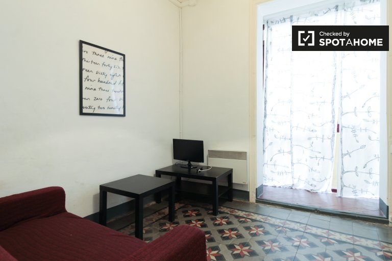 Simple 3-bedroom apartment for rent in El Raval, Barcelona