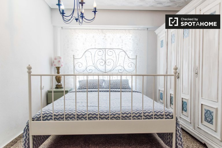 Spacious room in 5 bedroom apartment, Rascanya, Valencia.