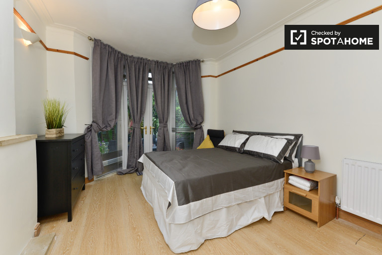 Double Bed in Lovely room to rent in spacious 5-bedroom home in South Norwood.