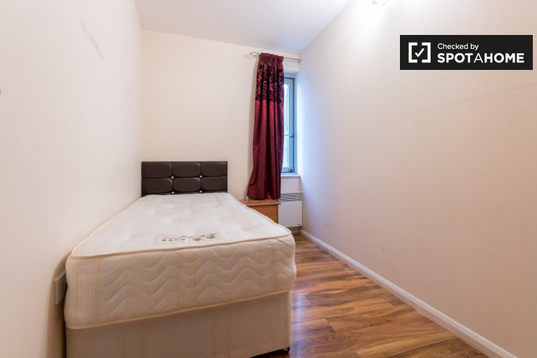Cozy room in 5-bedroom flatshare in Tower Hamlets, London