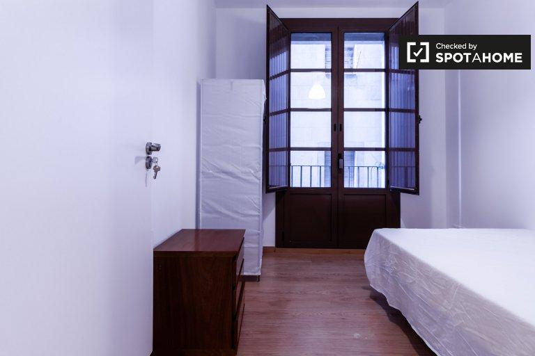 Habitación abierta en apartamento de 7 habitaciones en el Raval, Barcelona.