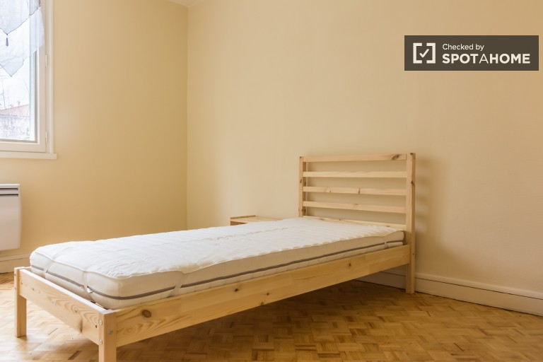 Single Bed in Student rooms for rent in 3-bedroom apartment with parking in 8th arrondissement