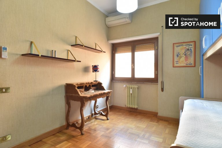 Bright room to rent in apartment with 4 beds in Quartiere XV