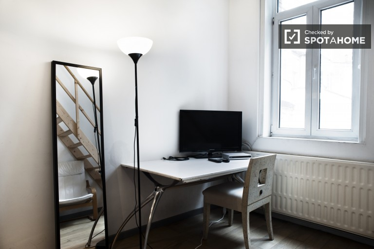 Double Bed in Rooms for rent in modern 3-bedroom apartment with shared garden in Ixelles