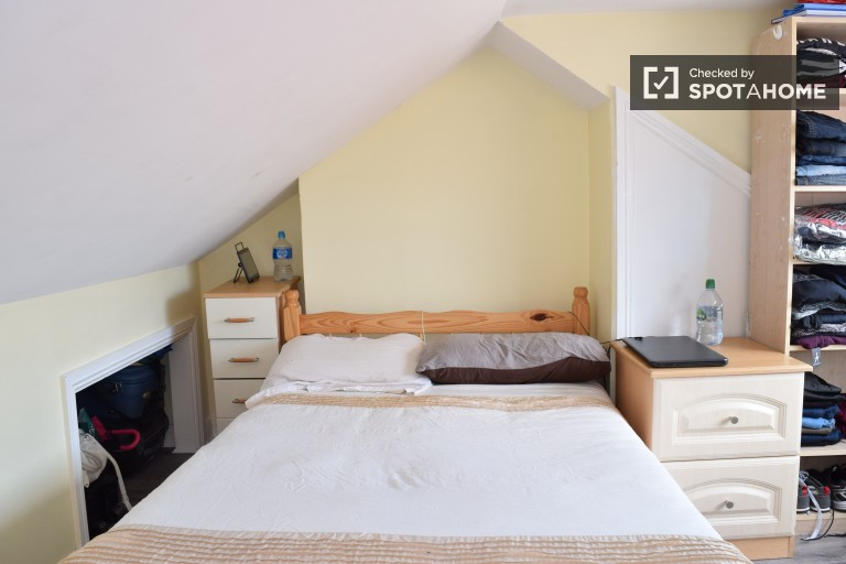 Bedroom 4 with double bed, couple-friendly