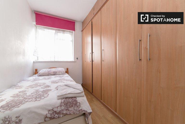 Ogromny pokój w 4-pokojowym mieszkaniu w Tower Hamlets w Londynie