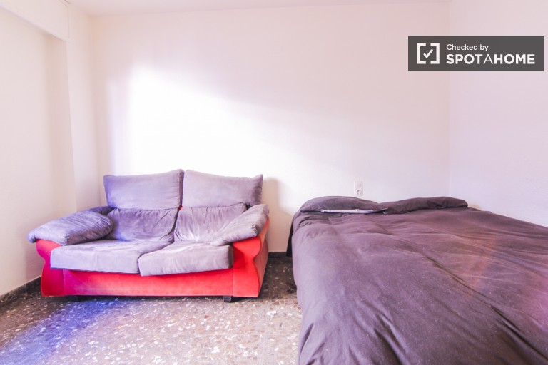 Double Bed in Rooms in a sunny and spacious exterior four bedroom apartment, close to the train station