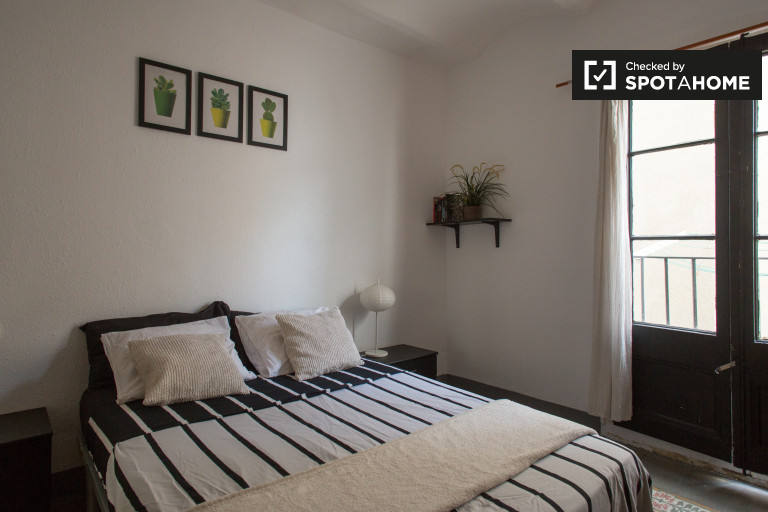 Interior room in 4-bedroom apartment in El Raval, Barcelona