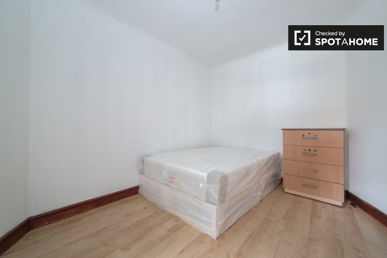 Double Bed in Rooms to rent in cozy 4-bedroom apartment in Tower Hamlets