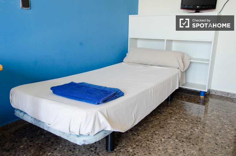 Twin Beds in Student rooms for rent in a vibrant residence hall next to the University of Valencia, all utilities included