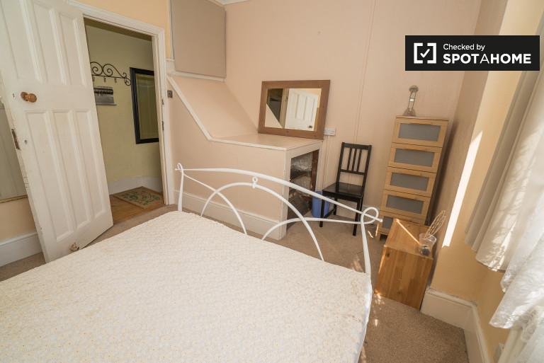 Tottenham, Londra'da 3 yatak odalı daire bulunan geniş oda
