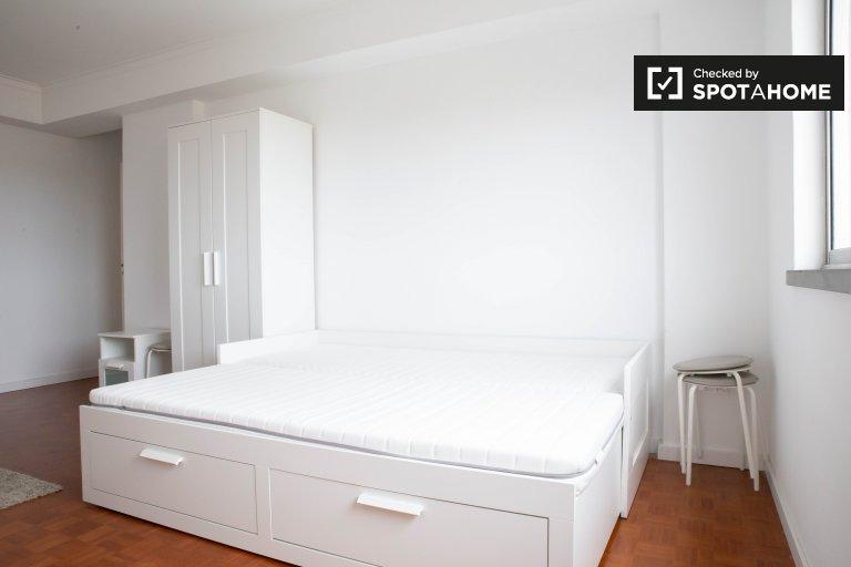 Pokój w apartamencie z 4 sypialniami w Linda-a-Velha w Lizbonie